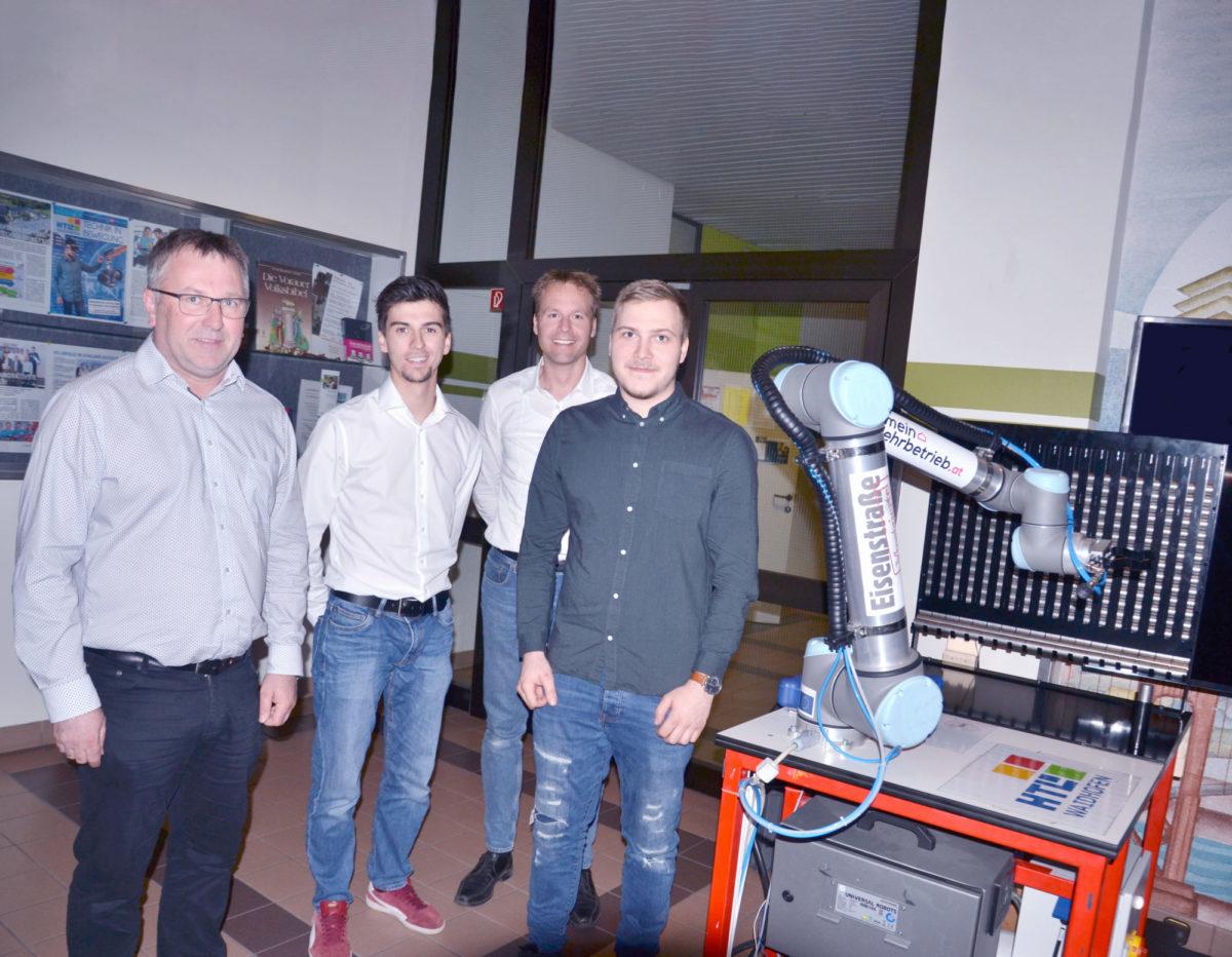 Fabian Hirtenlehner mit dem Cobot-Arm